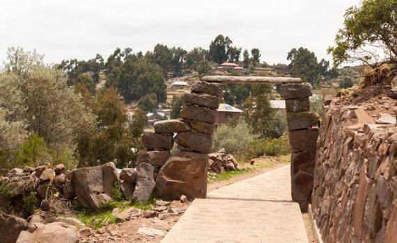 arcos en el camino de subida a lo alto de la isla Taquile