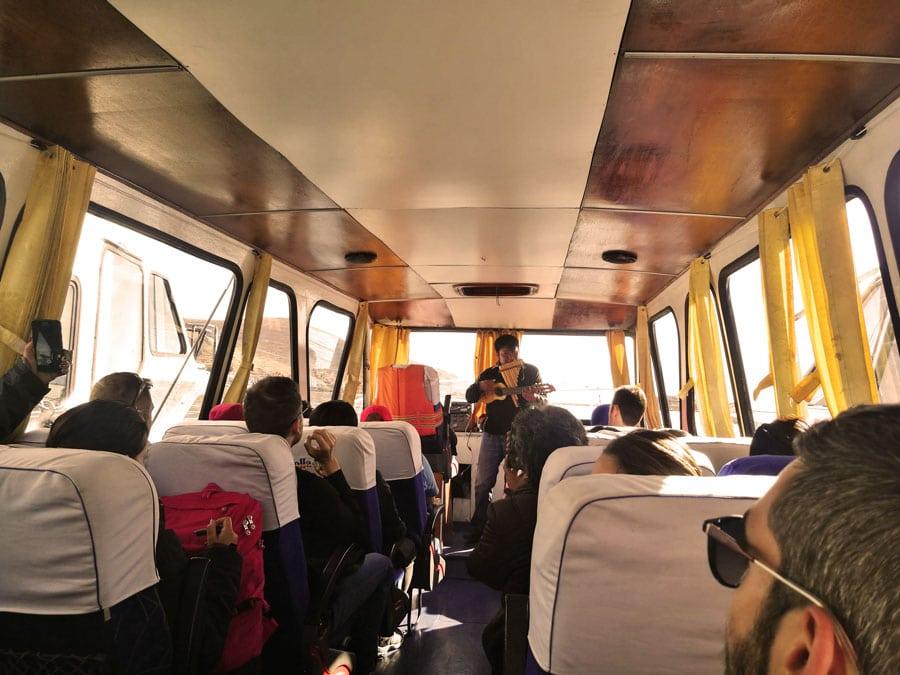nuestro grupo en el barco hacia las Islas flotantes de los Uros