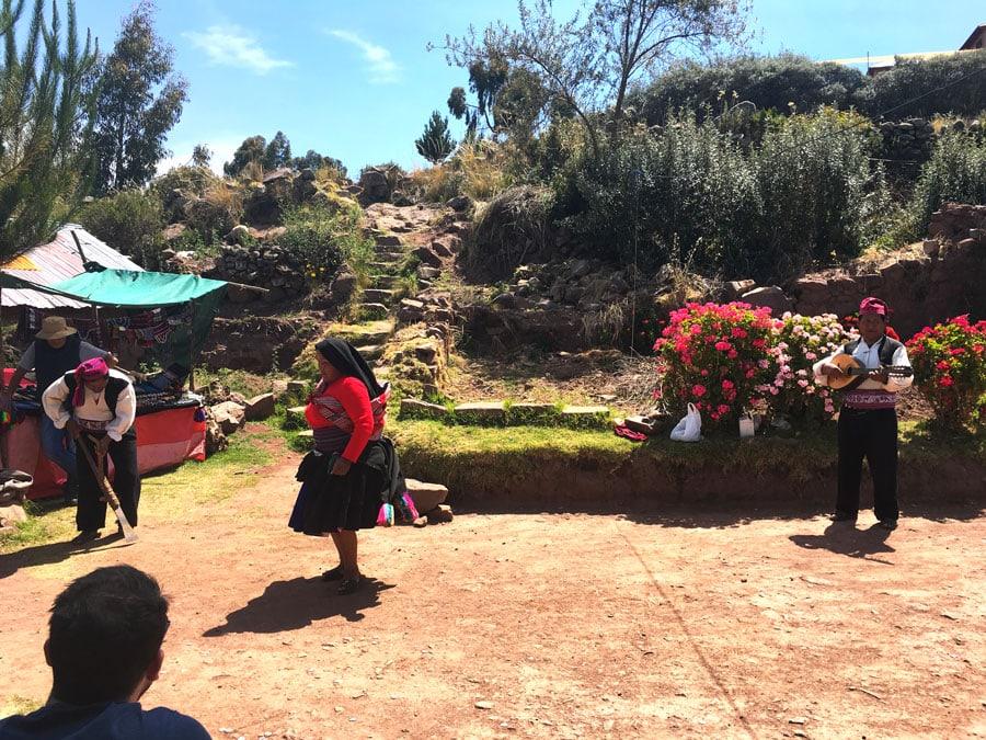 habitantes de la isla Taquile bailando
