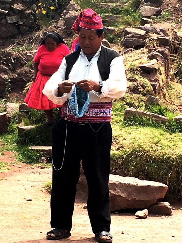 hombre de la isla Taquile tejiendo