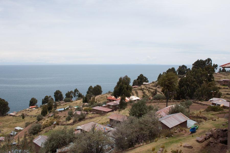 Vistas de la Isla Taquile durante la subida a lo alto de la isla