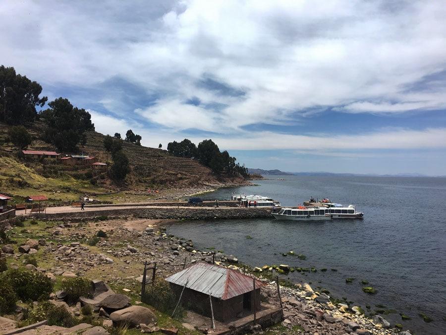 llegada a la isla Taquile en el lago Titicaca