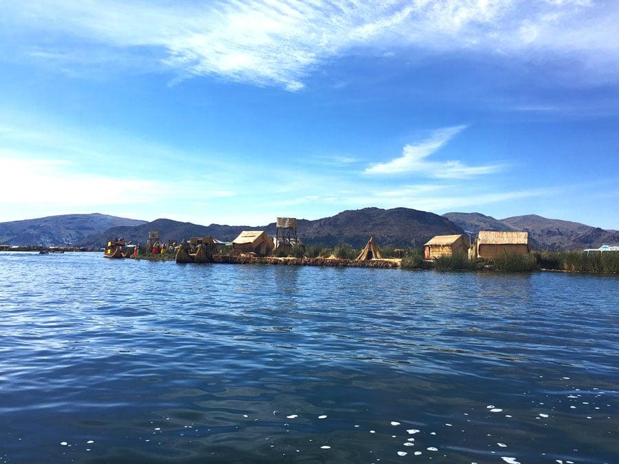 llegando a las Islas flotantes de los Uros en el lago Titicaca