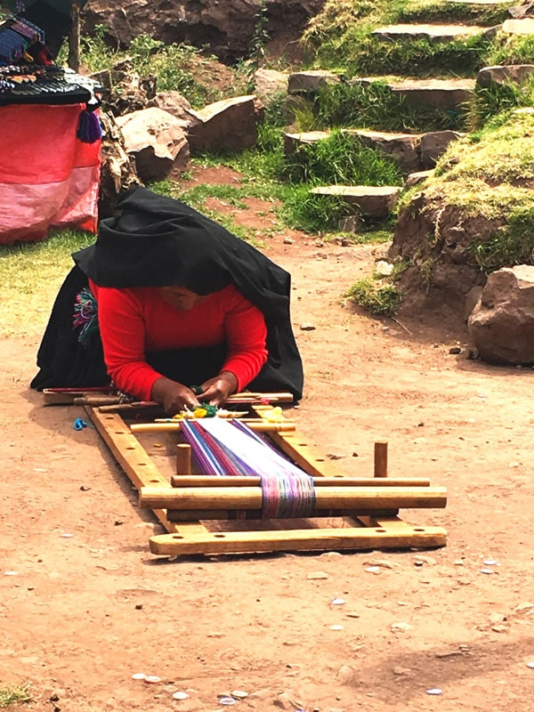 mujer de la isla Taquile hilando tejidos