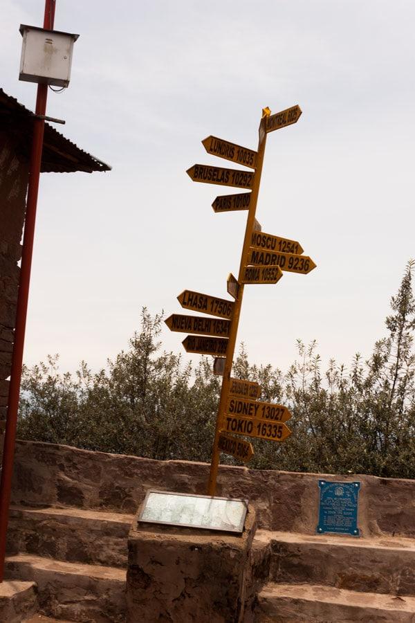 poste en la plaza con distancias a varias ciudades del mundo