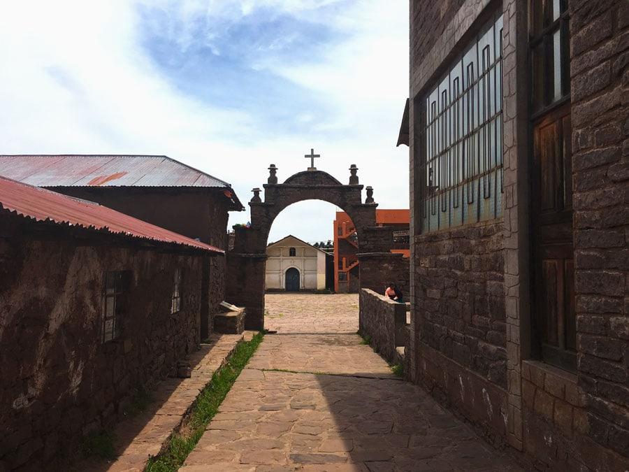 puerta de entrada a la plaza de la Isla Taquile