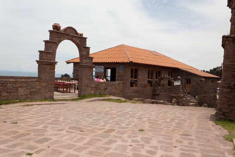 restaurante en la plaza de la Isla Taquile