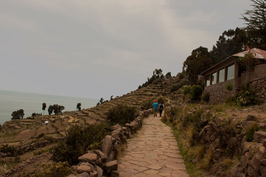 camino de subida a lo alto de la Isla Taquile