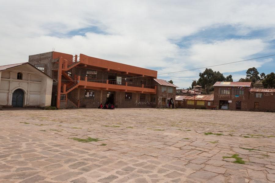 tienda de artesanías en la plaza de la Isla Taquile