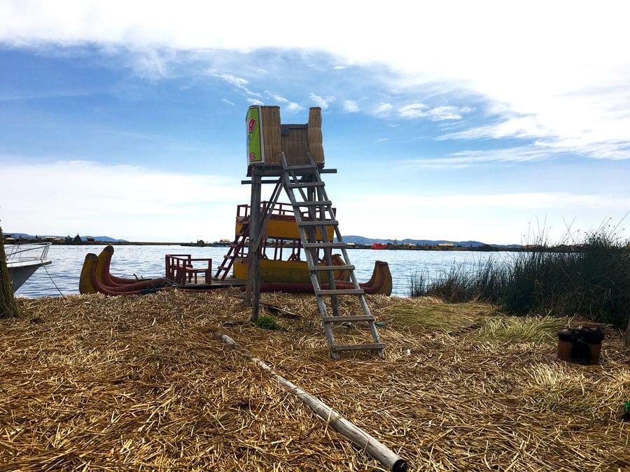 torre y barco en las islas flotantes de los Uros