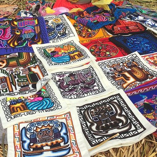 Habitantes de las Islas de los Uros vendiendo artesanías