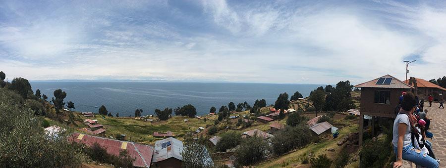vistas desde la plaza de la Isla Taquile