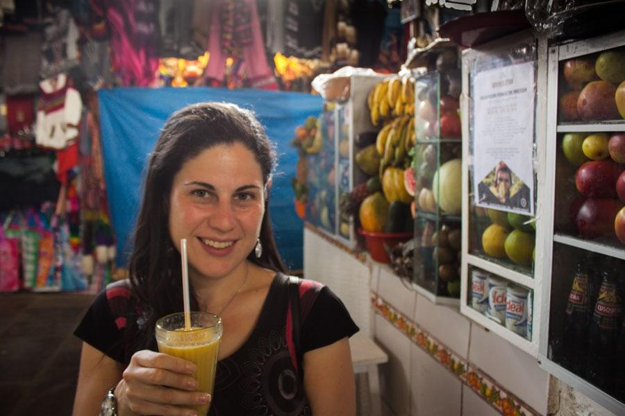 Yo bebiendo un zumo en Cuzco
