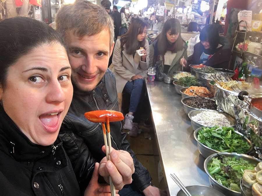 Nosotros comiendo Tteokbokki en el mercado Gwangjang