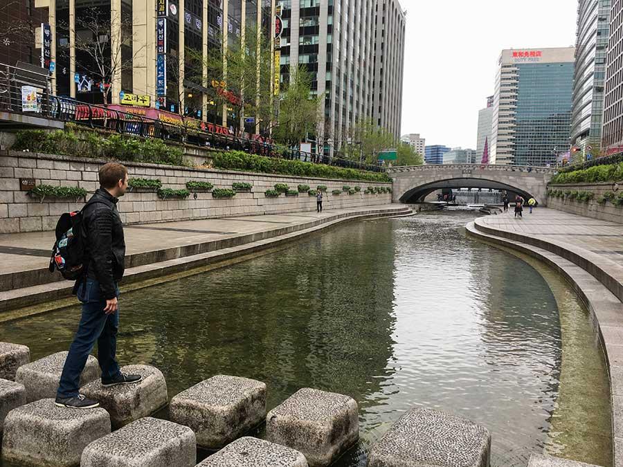 Ralf en el arroyo Cheonggyecheon
