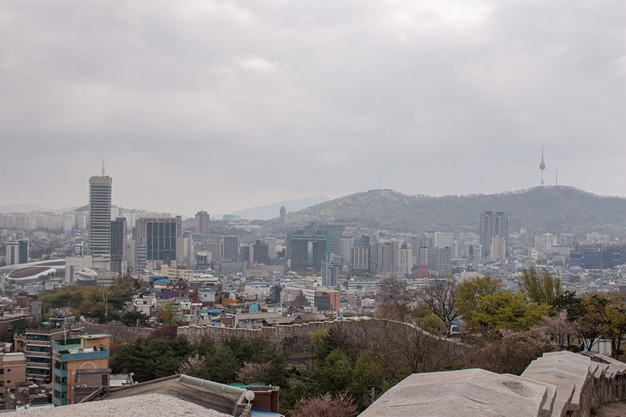 Vistas de la ciudad de Seúl desde el parque Naksan