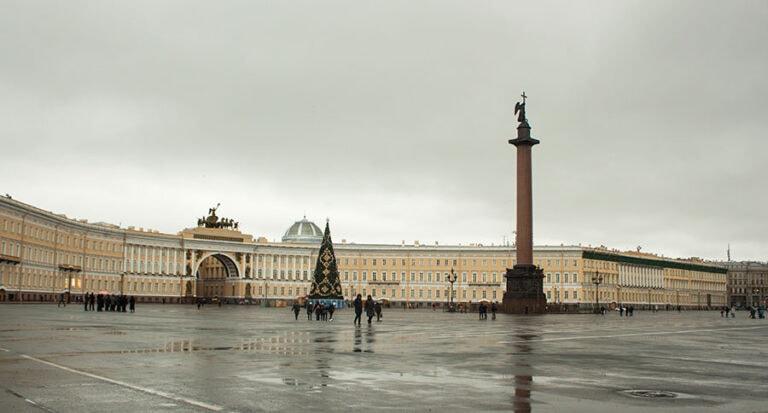 Plaza del Hermitage en San Petersburgo en invierno