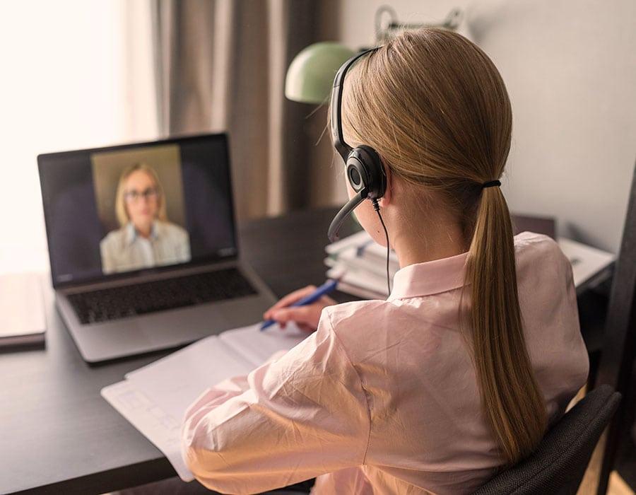 Chica aprendiendo idiomas online para ser azafata