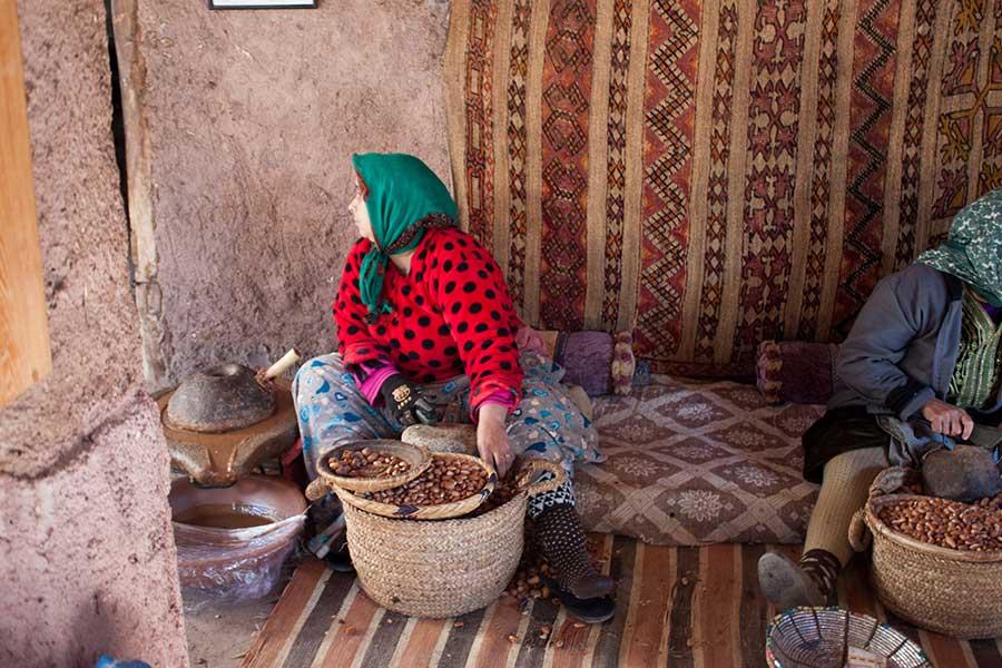 Mujeres bereberes trabajando el argán
