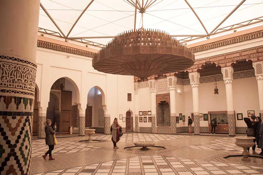 enorme lámpara en el interior del museo de Marrakech