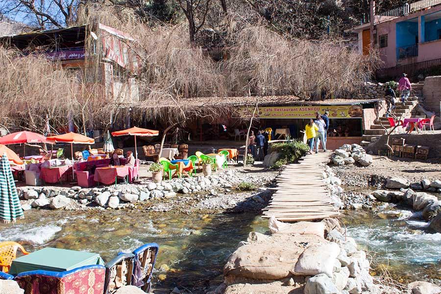 Puente de madera para cruzar el río en Setti Fatma