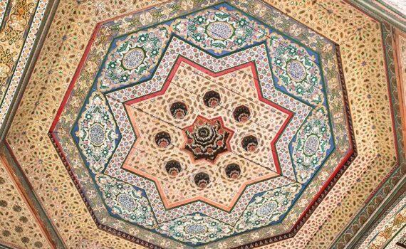 detalle del techo en el palacio de la Bahía en Marrakech