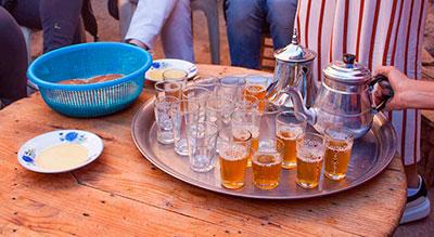 Tomando té marroquí en una casa bereber