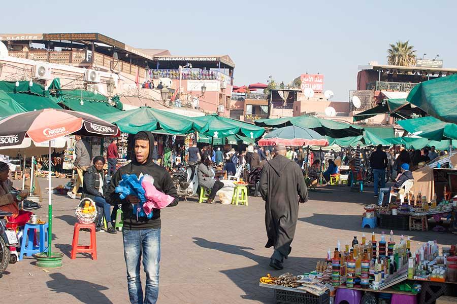 Vendedores en la plaza Jemaa el Fna, cerca de la entrada al zoco