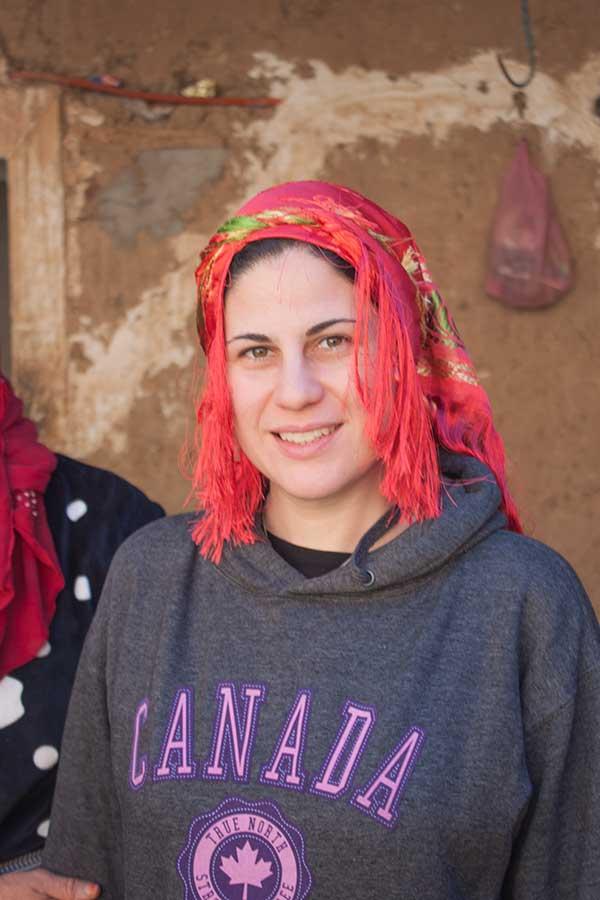 yo aprendiendo a llevar el pañuelo bereber