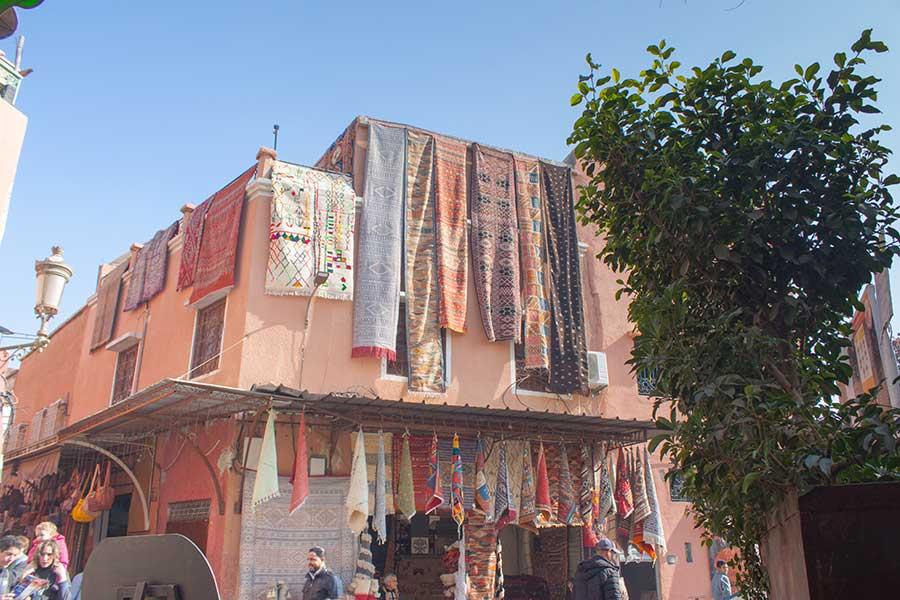 tienda de venta de alfombras en el zoco de Marrakech