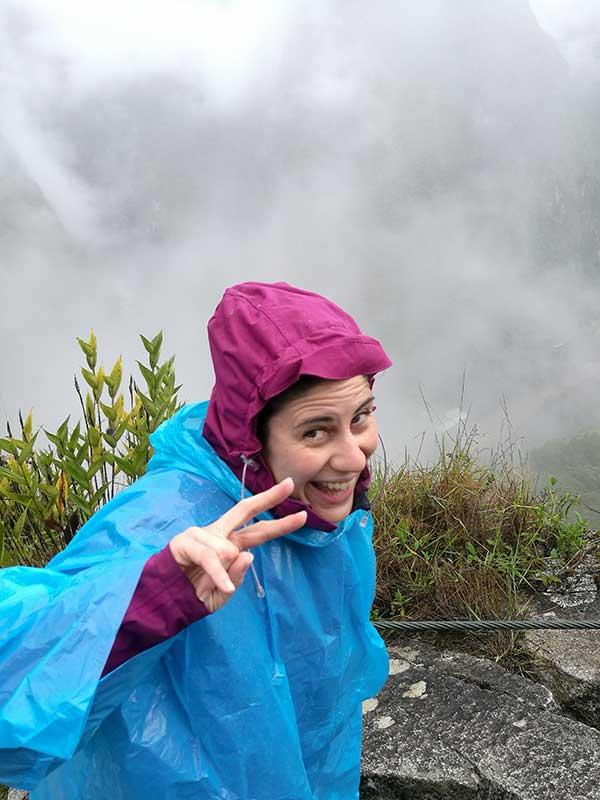 Yo con mi poncho de lluvia en Machu Picchu