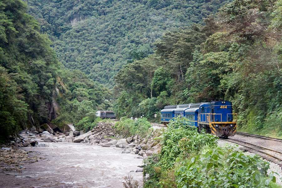 Imagen de un tren llegando a Machu Picchu