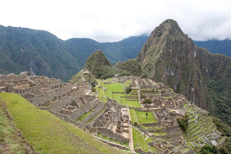 Foto destacada para el artículo sobre cómo viajar a Machu Picchu por tu cuenta, que muestra una hermosa vista de la ciudadela inca
