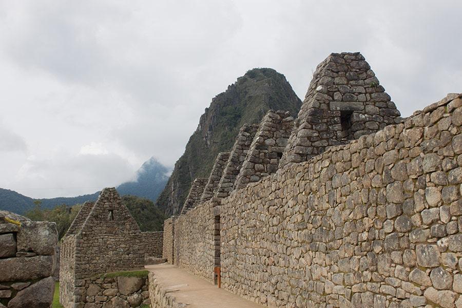 Foto de las ruinas incas de Machu Picchu con la montaña Huayna Picchu al fondo