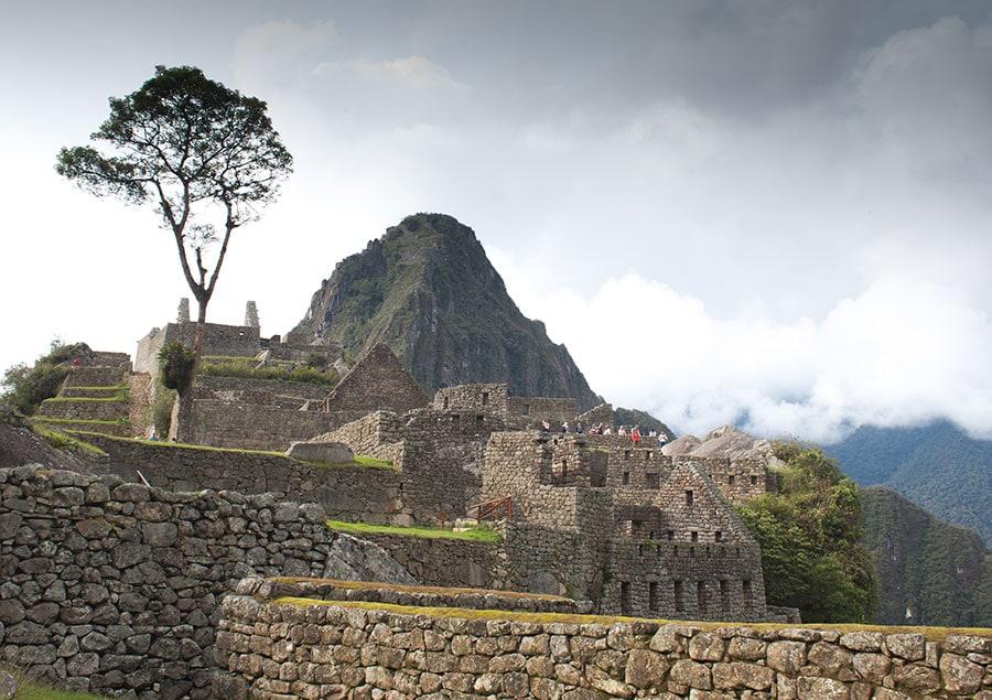 Imagen de la llaqta de Machu Picchu con Huayna Picchu al fondo