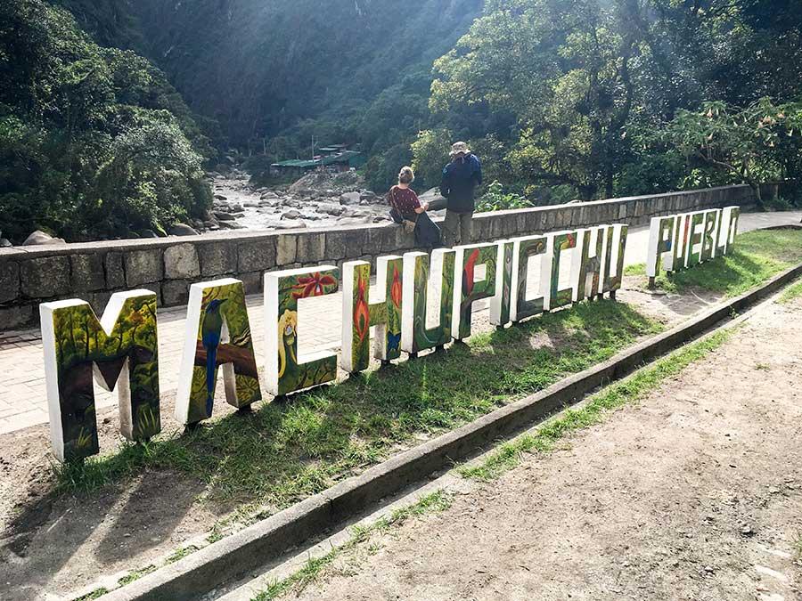 Imagen de un cartel con el nombre de Machu Picchu pueblo