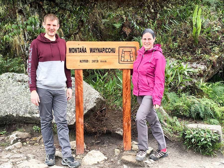 Ralf y yo junto al cartel en la cima de Huayna Picchu que indica su altura