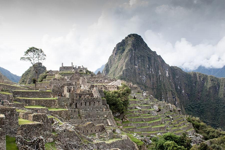 Huayna Picchu detrás de la llaqta de Machu Picchu