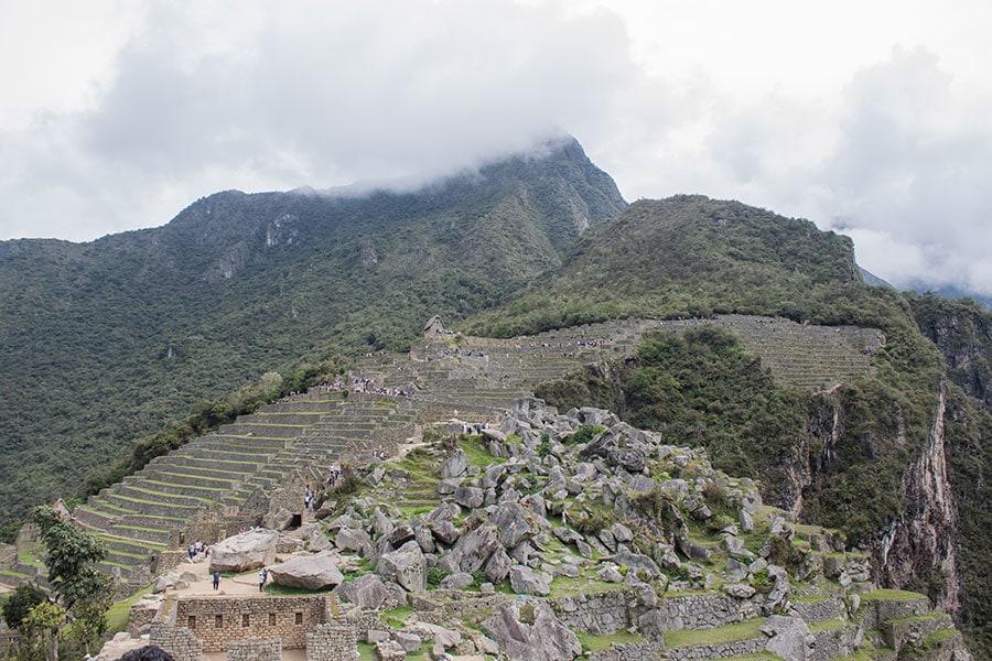 La montaña de Machu Picchu detrás de la ciudadela