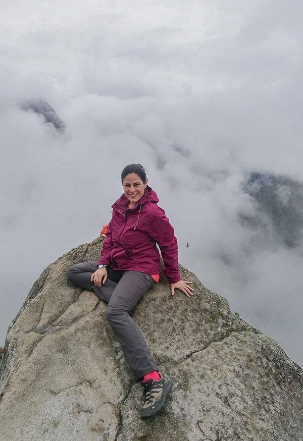 Yo subida en una roca en Huayna Picchu
