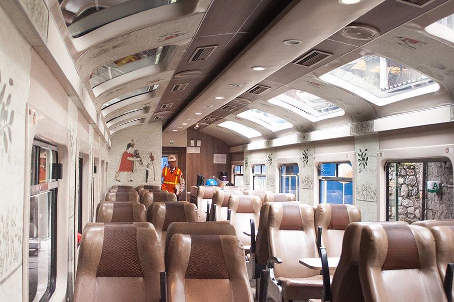 Imagen del interior de un vagón del tren Expedition de la empresa PeruRail