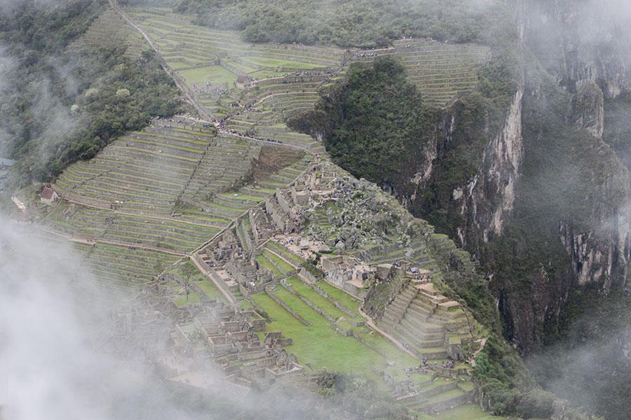Imagen de las vistas de la ciudadela de Machu Picchu desde Huayna Picchu con algo de niebla