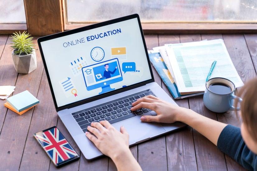 foto de una persona aprendiendo idiomas online a través de su ordenador