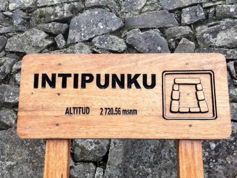 Foto del letrero en Intipunku que indica la altitud del lugar
