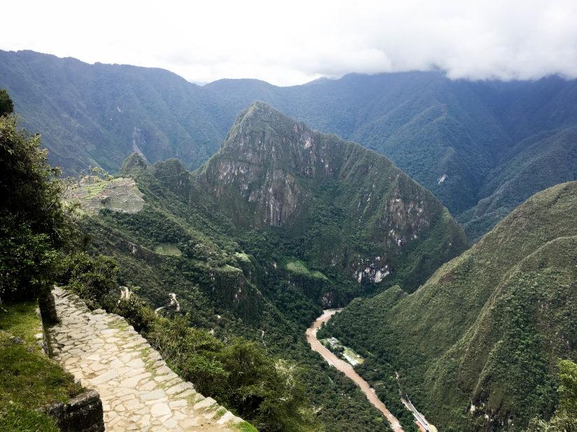 Foto del camino de subida a Intipunku con Machu Picchu al fondo