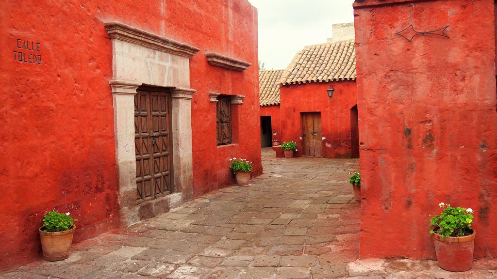 foto de la calle Toledo en Arequipa con sus cajas rojas