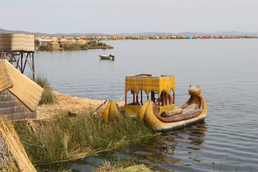 foto de embarcación de los uros en el lago Titicaca