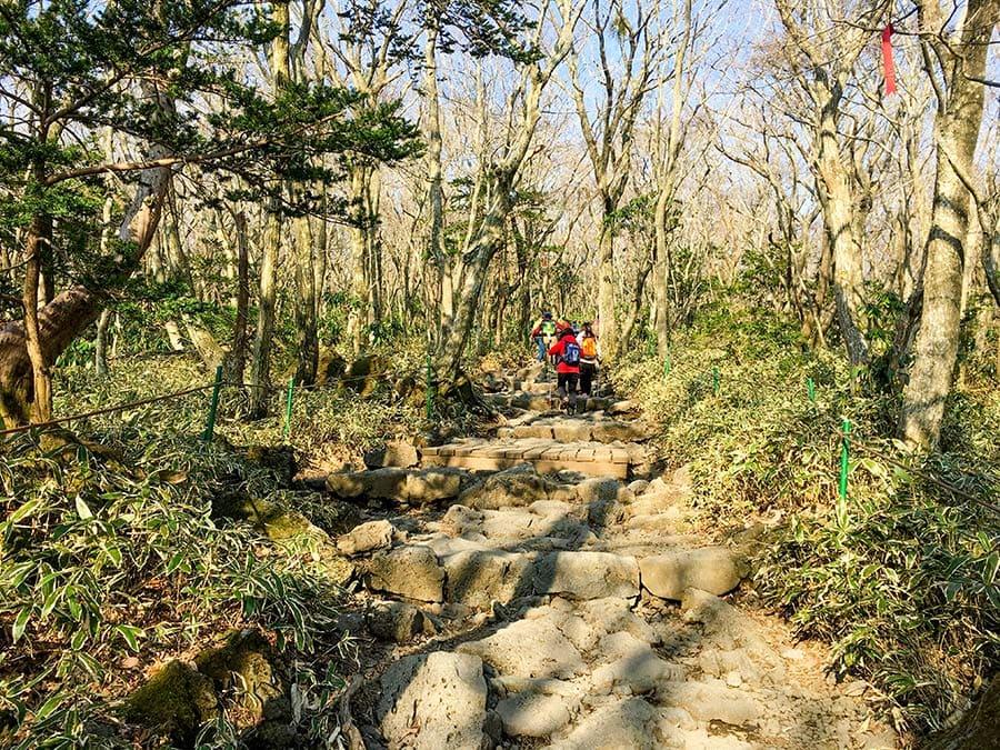 Escaleras de piedra en la subida a la cima de Hallasan por la ruta de Seongpanak
