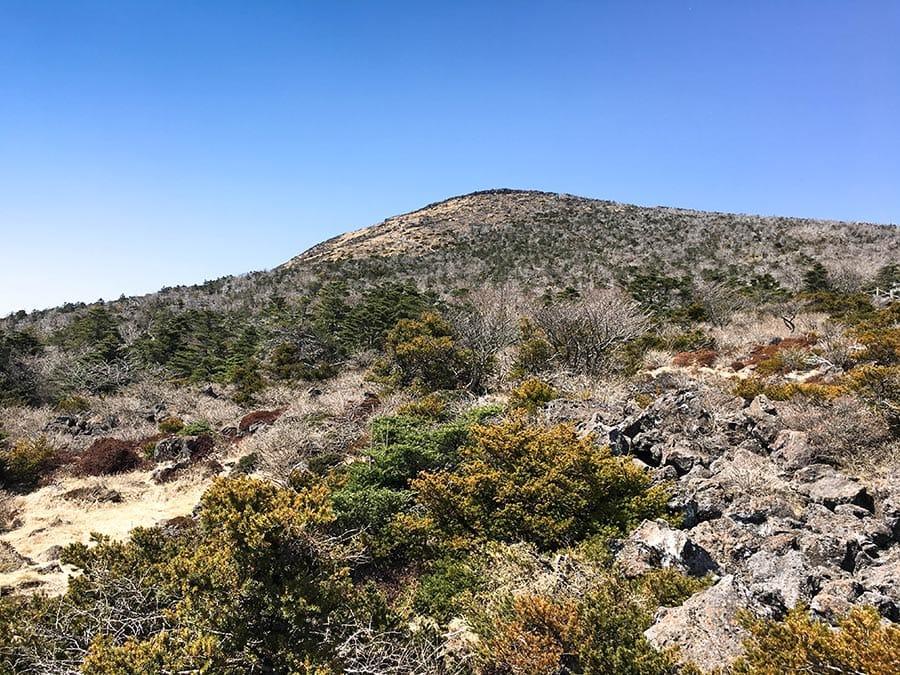 Vista de la cima de Hallasan desde el sendero de subida de la ruta Seongpanak