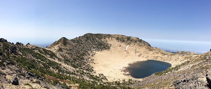 Panorámica del cráter de Hallasan y el lago Baengnokdam